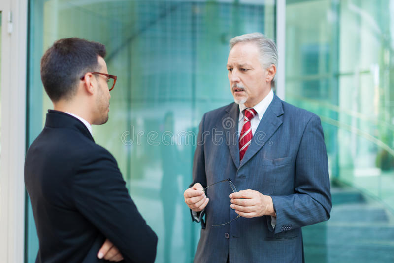 Deux gens d'affaires de discussion extérieure photographie stock