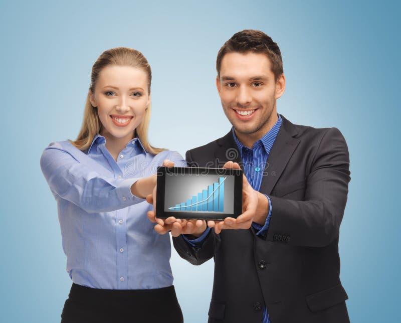Deux gens d'affaires montrant le PC de comprimé avec le graphique photo libre de droits