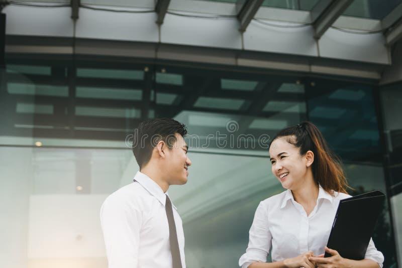 Deux gens d'affaires parlant ensemble à l'immeuble de bureaux photos libres de droits