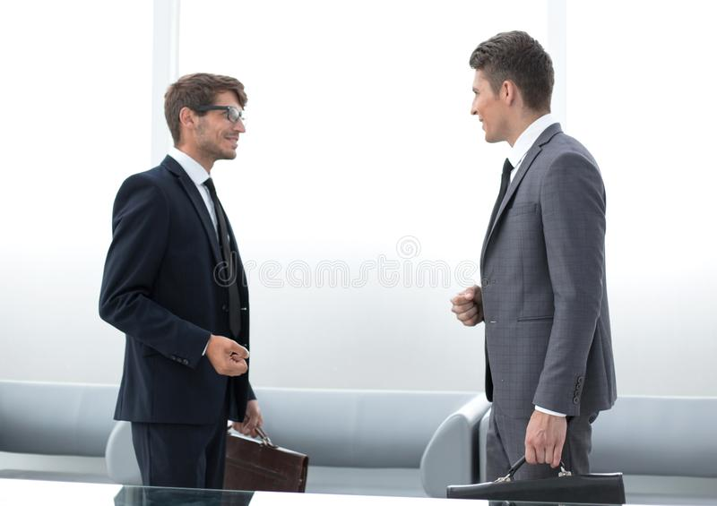 Deux gens d'affaires parlant la position dans le bureau photo libre de droits