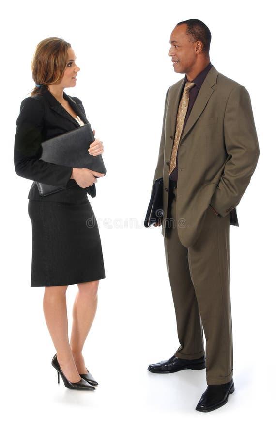 Deux gens d'affaires parlant sur le blanc images stock