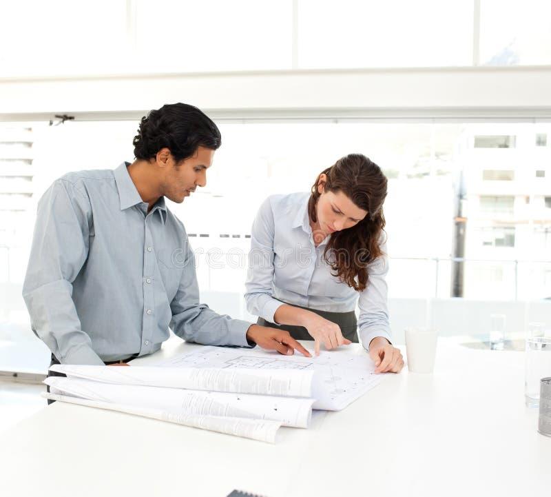 Deux gens d'affaires regardant un projet neuf images libres de droits