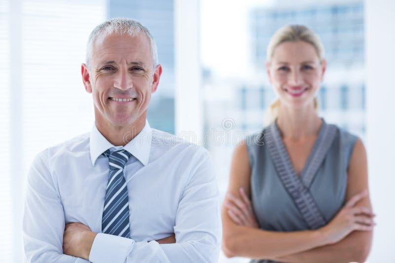 Download Deux Gens D'affaires Souriant à L'appareil-photo Dans Le Bureau Photo stock - Image du cheveu, mâle: 56483458