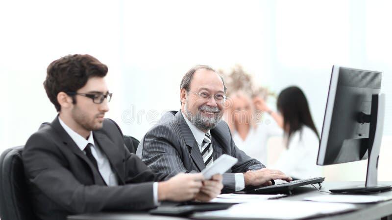 Deux gens d'affaires travaillant dans le bureau image stock