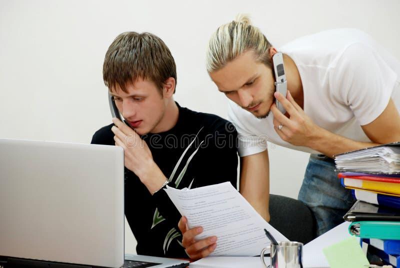 Deux gestionnaires avec des téléphones image libre de droits