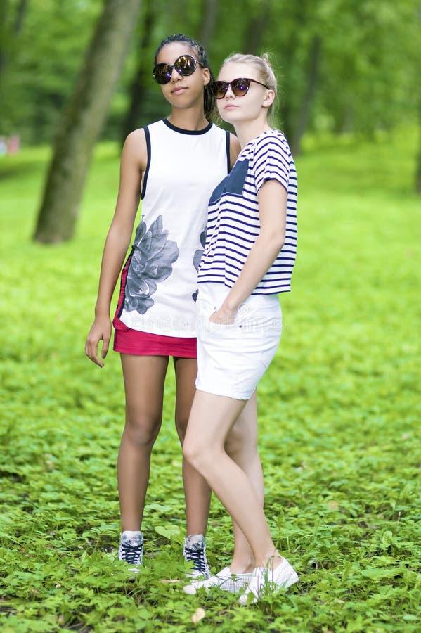 Deux Girfriends adolescent se tenant ensemble photo libre de droits