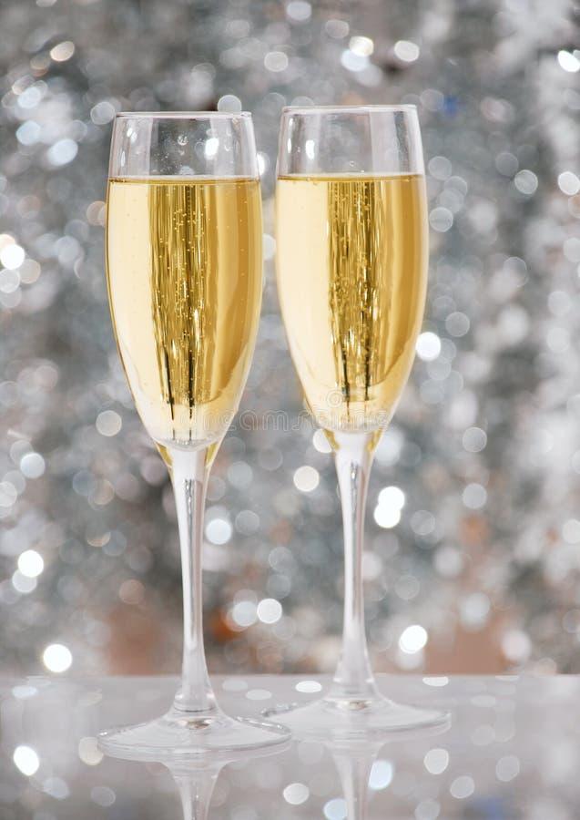 Deux glaces élégantes de champagne images stock
