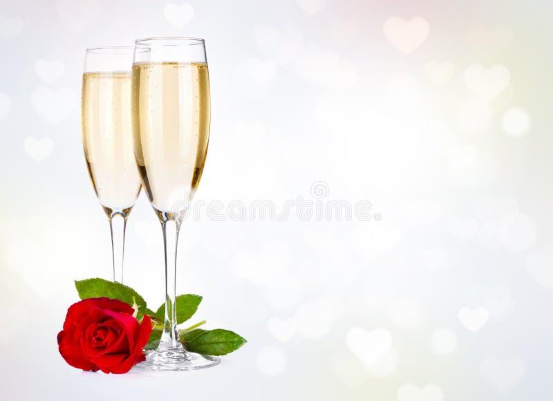 Deux glaces de champagne et se sont levées photo stock