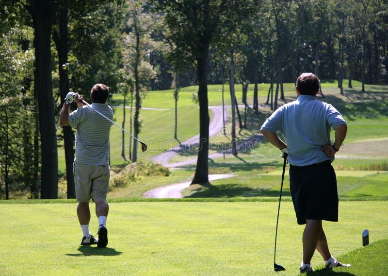 Deux golfeurs sur le couse de golf images libres de droits