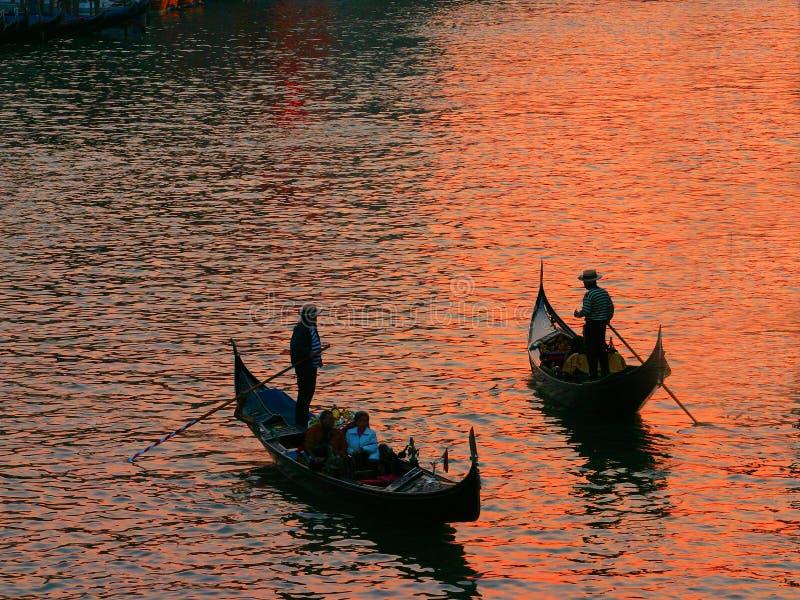 Deux gondoles au coucher du soleil images stock