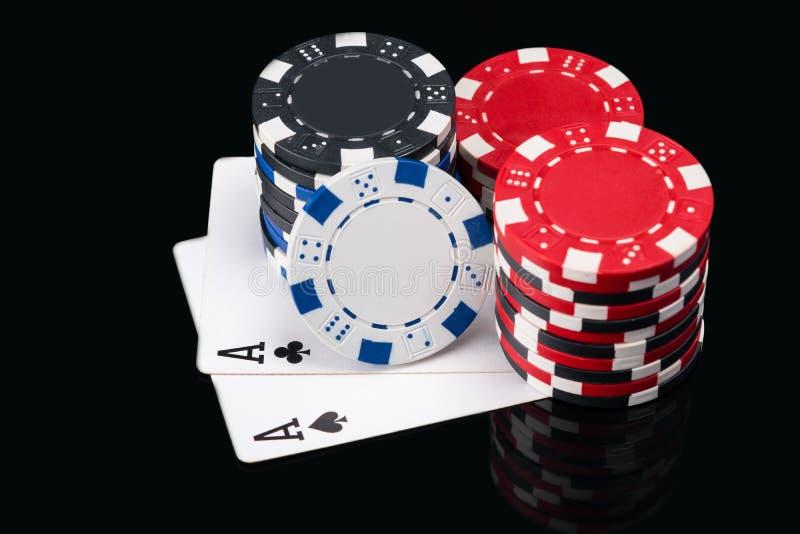Deux grandes cartes noires pour jouer au poker sous le tisonnier photographie stock