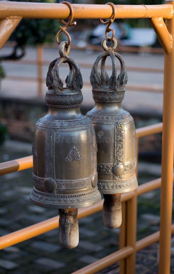 Deux grandes cloches dans Wat Temple en Chiang Mai, Thaïlande images stock