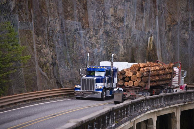Deux grandes installations troque semi transporter la cargaison se déplaçant vers chacun photographie stock