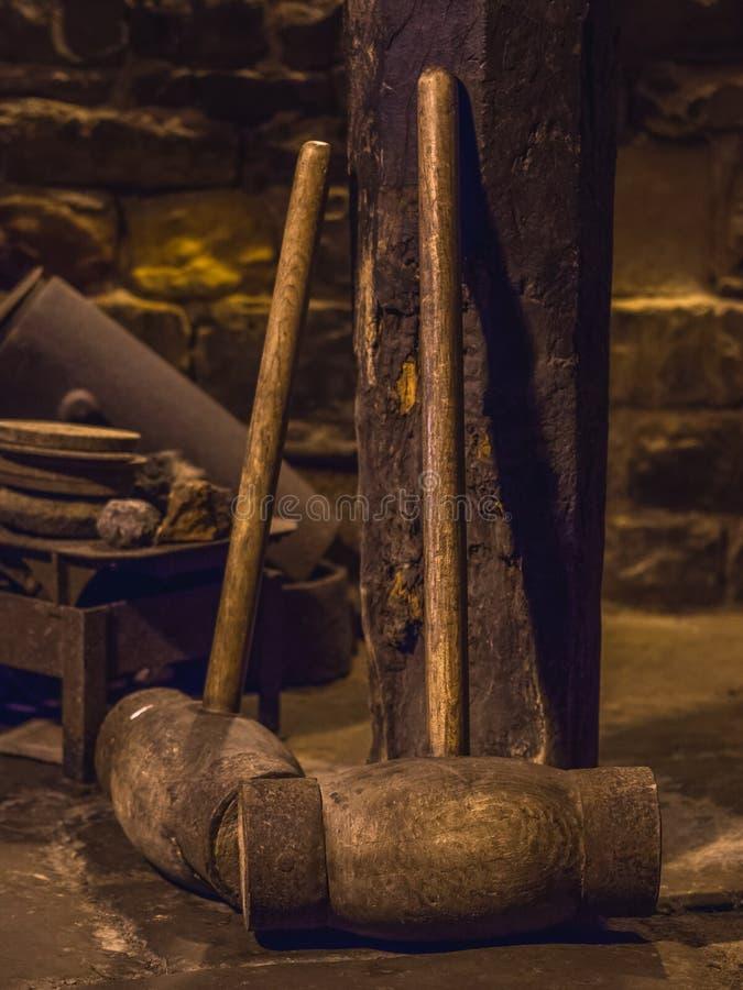 Deux grands marteaux en bois se penchant contre un poteau photographie stock libre de droits