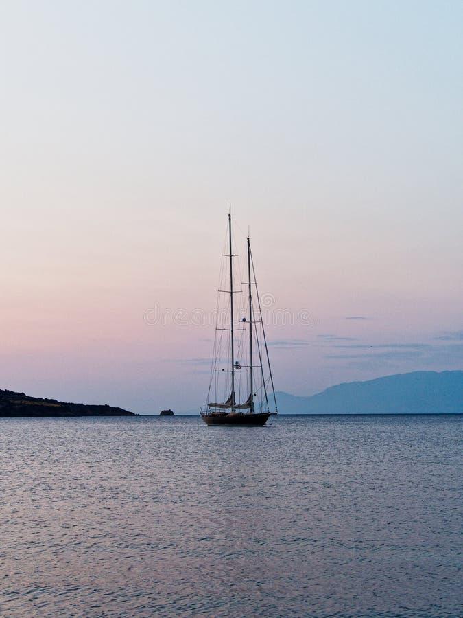 Deux grands ont mâté le yacht à l'aube, le golfe de Corinthe, Grèce images stock