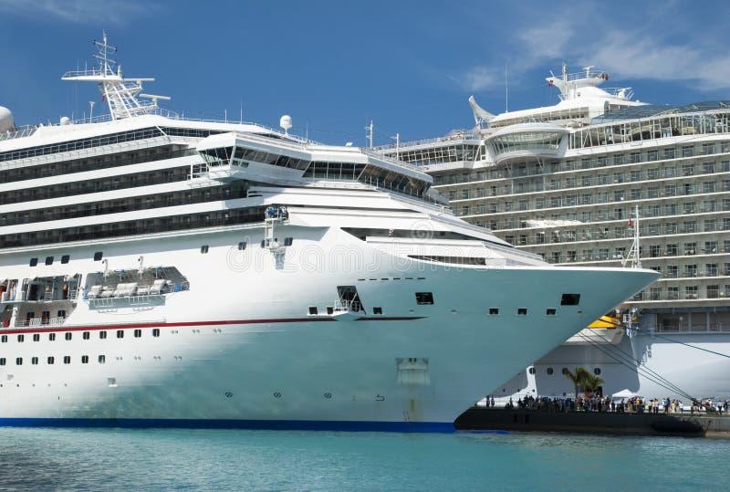 Deux grands paquebots de croisière à Nassau photographie stock libre de droits