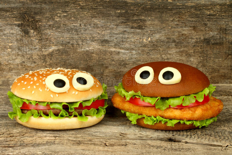 Deux grands yeux drôles de fromage de whith d'hamburgers photo stock