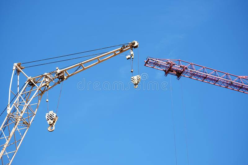 Deux grues au chantier de construction photographie stock