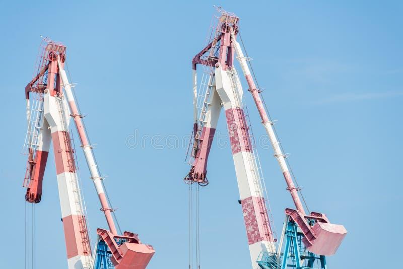Deux grues dans le port de Haïfa images libres de droits