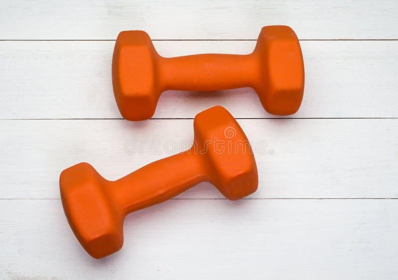 Deux haltères oranges photos stock