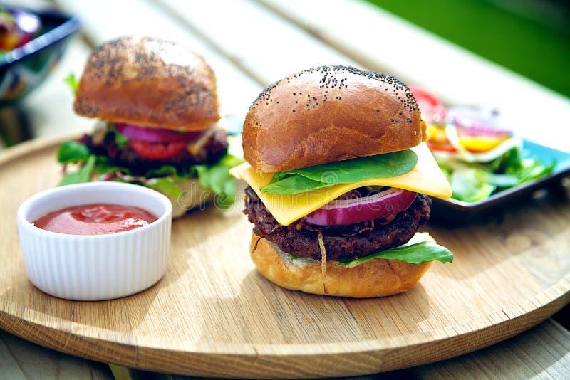 Deux hamburgers dehors images libres de droits