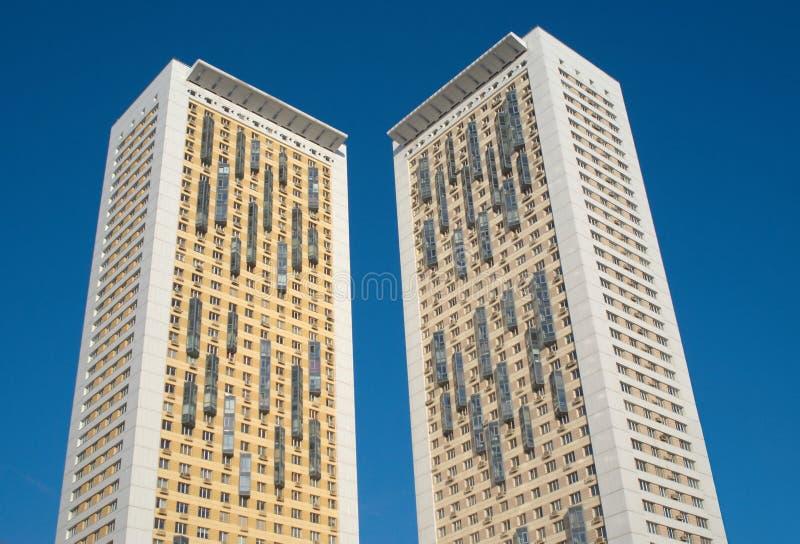 Deux hautes constructions résidentielles modernes photographie stock libre de droits