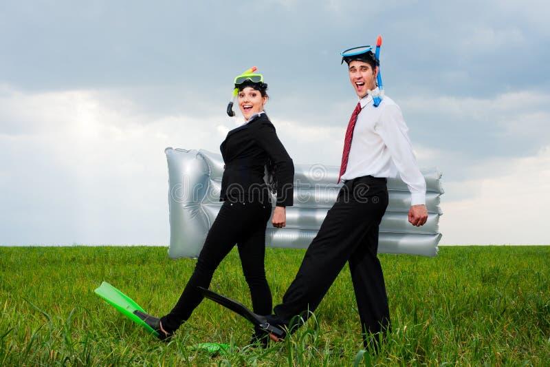 Deux heureux gens d'affaires allant vacation photographie stock