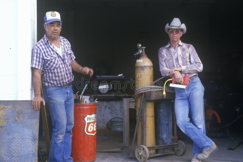 Deux hommes à une vieille station service photos libres de droits