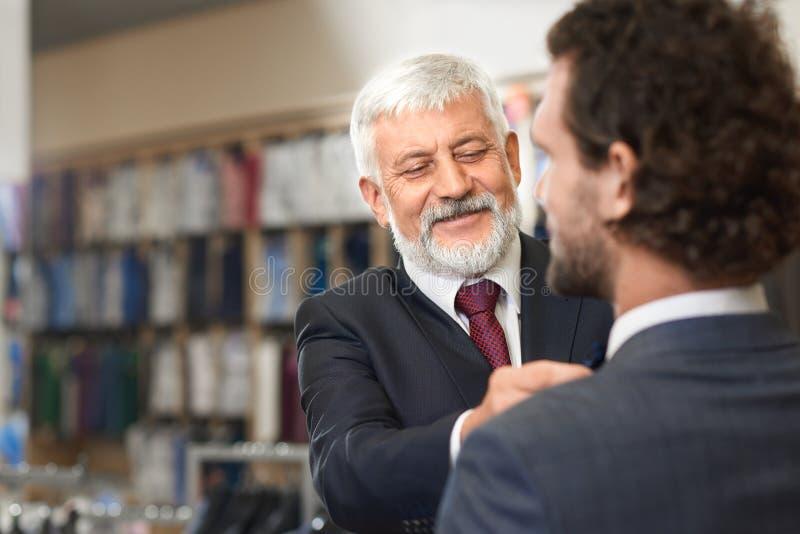 Deux hommes élégants venant pour façonner la boutique sur des achats images stock