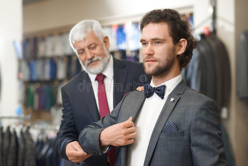 Deux hommes élégants venant pour façonner la boutique sur des achats photos stock
