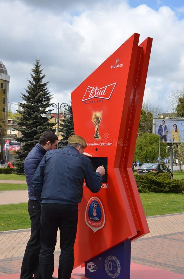 Deux hommes étudient le compte à rebours de temps à la coupe du monde 2018 de la FIFA image stock