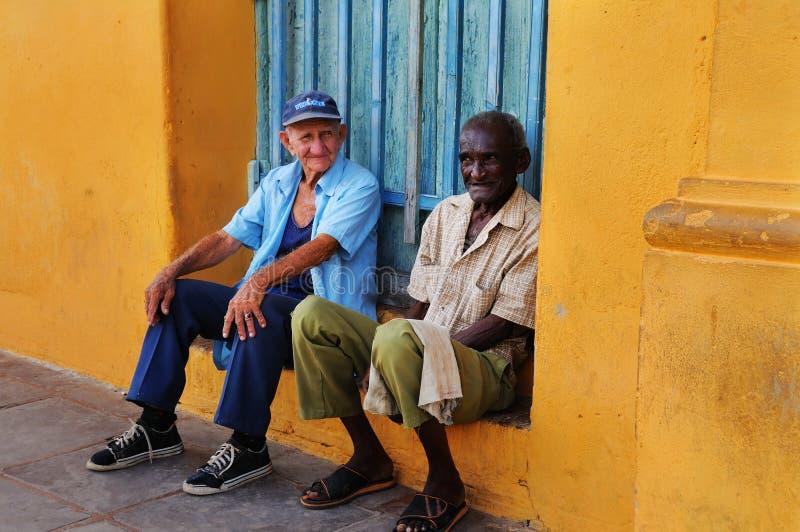 Deux hommes aînés dans la rue du Trinidad, Cuba. OCTOBRE 2008 image libre de droits