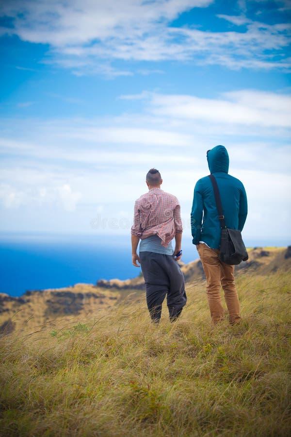 Deux hommes au bord du volcan de Rano Kau photo stock
