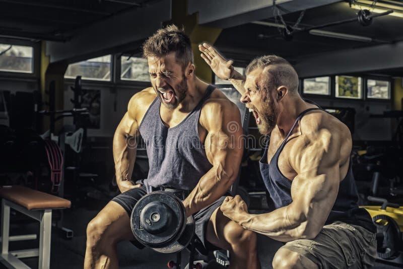 Deux hommes au gymnase photo libre de droits