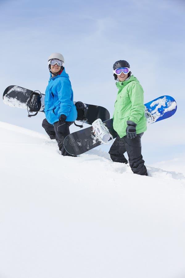 Deux hommes avec des surfs des neiges sur Ski Holiday In Mountains photographie stock libre de droits