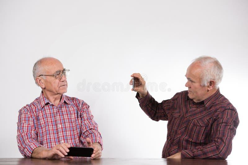 Deux hommes avec les téléphones intelligents images libres de droits