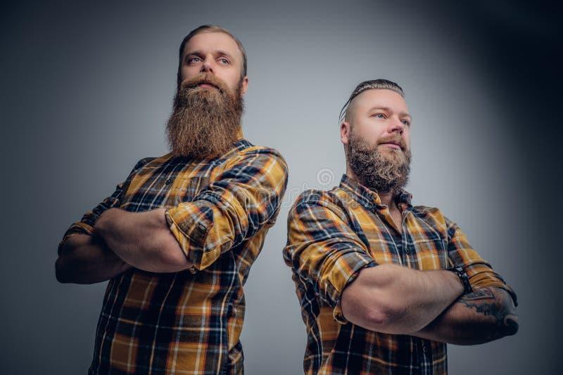 Deux hommes barbus brutaux se sont habillés dans une chemise de plaid photos libres de droits