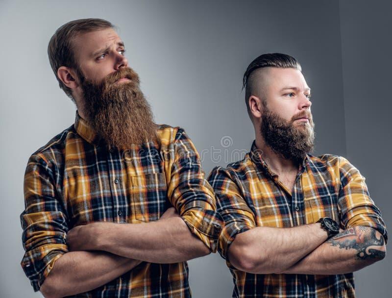 Deux hommes barbus brutaux se sont habillés dans une chemise de plaid photo libre de droits
