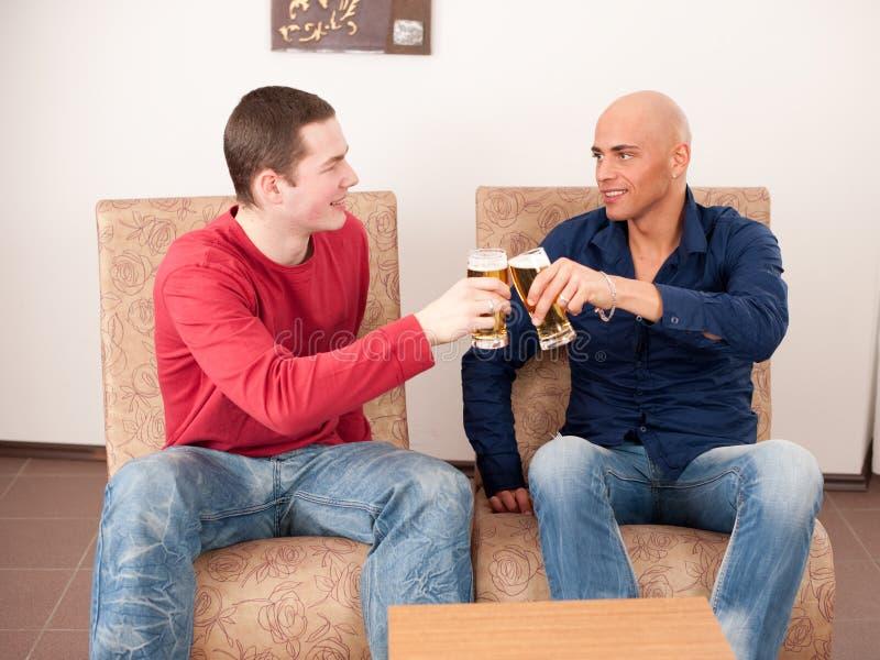 Deux hommes buvant de la bière photographie stock