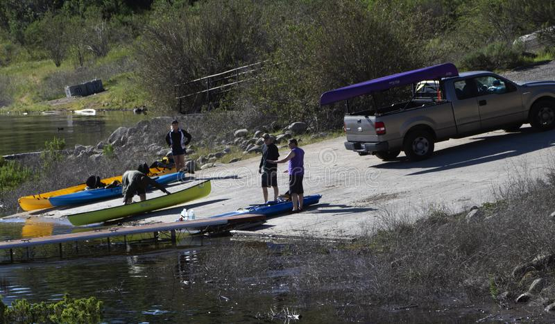 Deux hommes chargeant des kayaks dans le lac Cachuma, Santa Barbara County images libres de droits