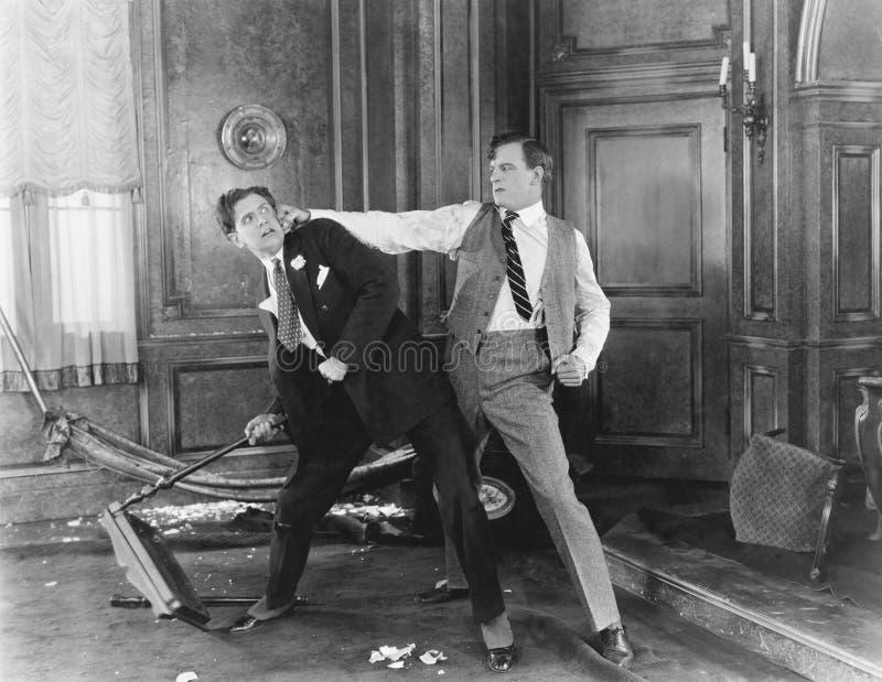 Deux hommes combattant et discutant les uns avec les autres (toutes les personnes représentées ne sont pas plus long vivantes et  images libres de droits