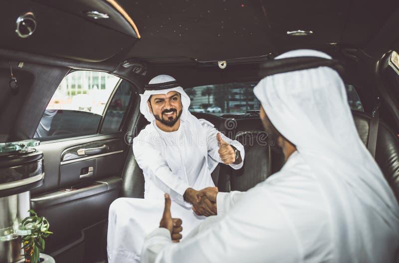 Deux hommes d'affaires arabes à l'intérieur de limousine images stock