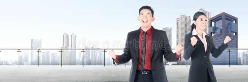 Deux hommes d'affaires asiatiques réussis se tenant sur la terrasse moderne photo libre de droits