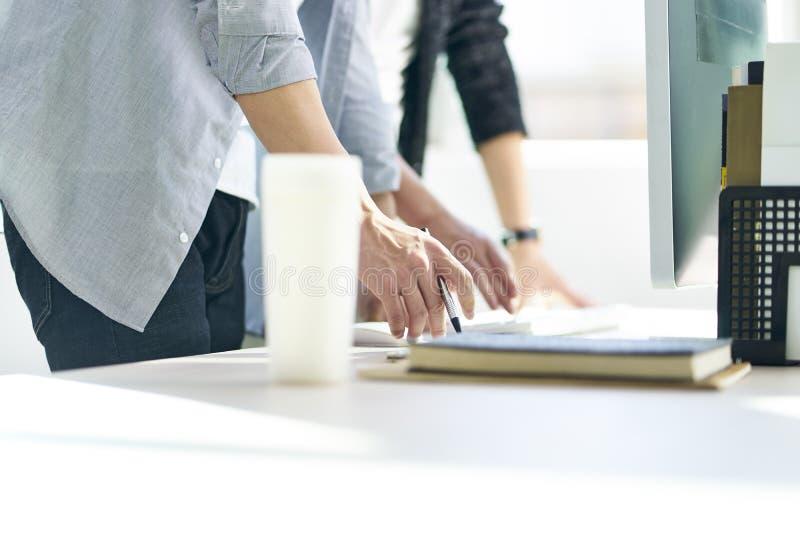 Deux hommes d'affaires asiatiques travaillant ensemble dans le bureau image stock
