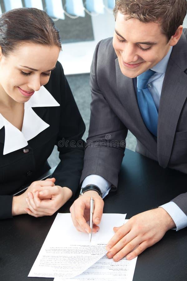 Deux hommes d'affaires au bureau photo stock
