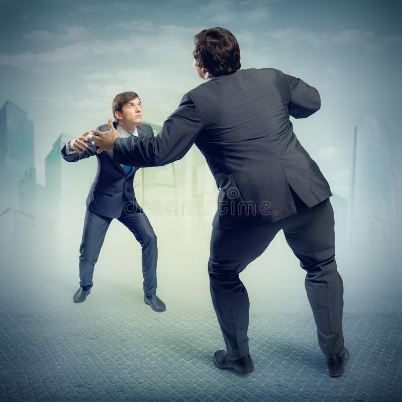Deux hommes d'affaires combattant comme sumoist image libre de droits