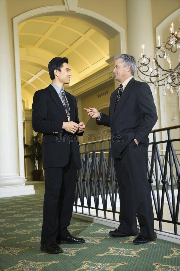 Deux hommes d'affaires dans l'hôtel. image stock