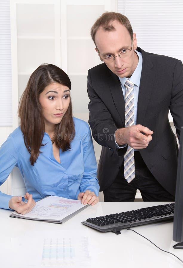 Deux hommes d'affaires dans le bureau - discussion ou intimidation au wor images stock