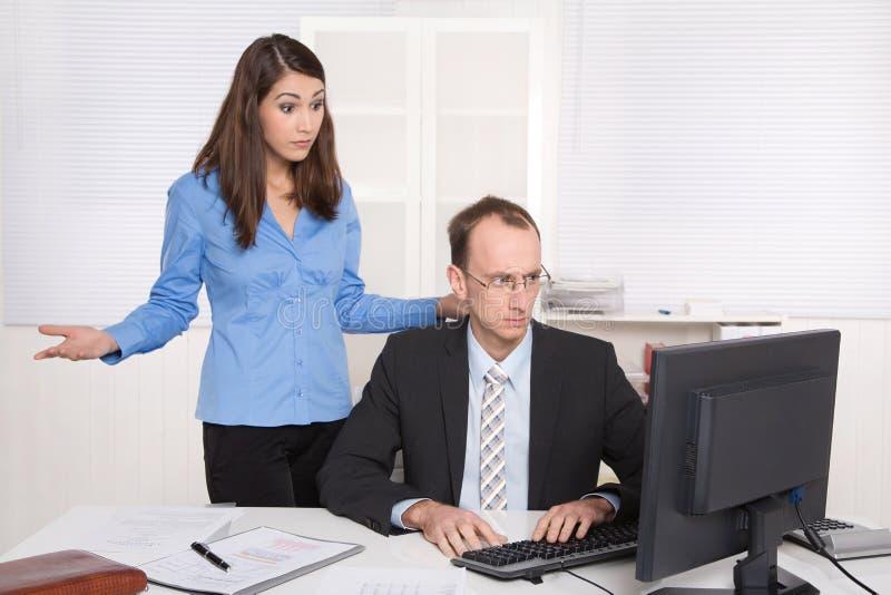 Deux hommes d'affaires dans le bureau - discussion ou intimidation au wor image libre de droits