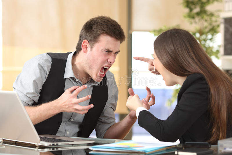 Deux hommes d'affaires furieux discutant au bureau images stock